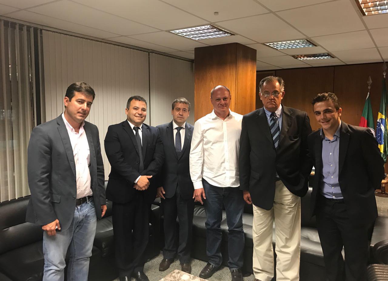 da esquerda para direita: Deputado Federal João Arruda (PMDB/PR), Fabio Aguayo, Ministro Ronaldo Nogueira, Nilton José Migoliozzi, Nivaldo Migliozzi e o Deputado Federal Aliel Machado (REDE/PR).